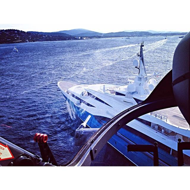 Igen, ezen a képen azt örökítette meg az egyik ifjú, ahogy a magánhelikopterrel próbál leszállni a jachtjukra.