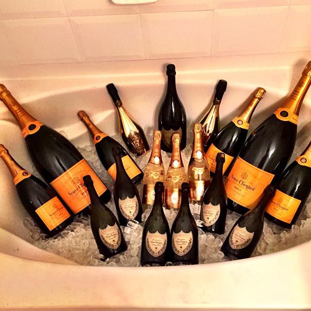 Ez itt például több százezer forint értékű pezsgő, amit valaki gondosan bekészített az esti iszogatáshoz.