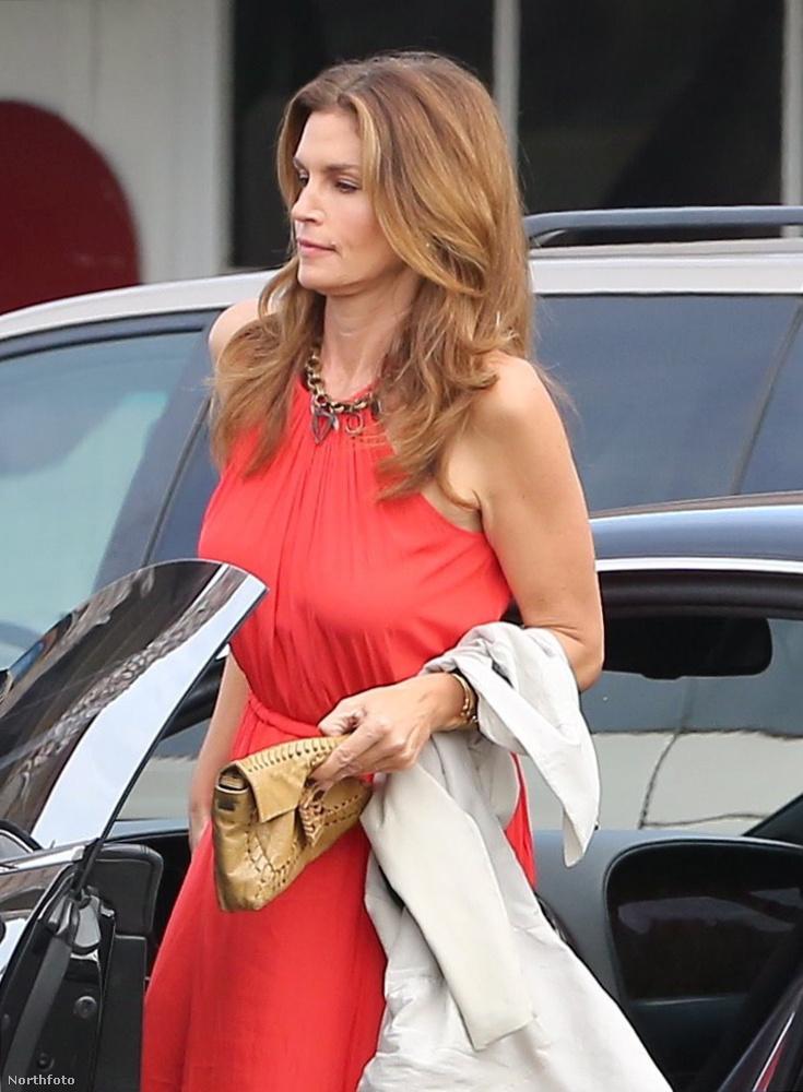 Cindy Crawford szupermodell június 28-án vacsorázni ment Malibuban, amikor azt történt vele, ami már oly sokunkkal.