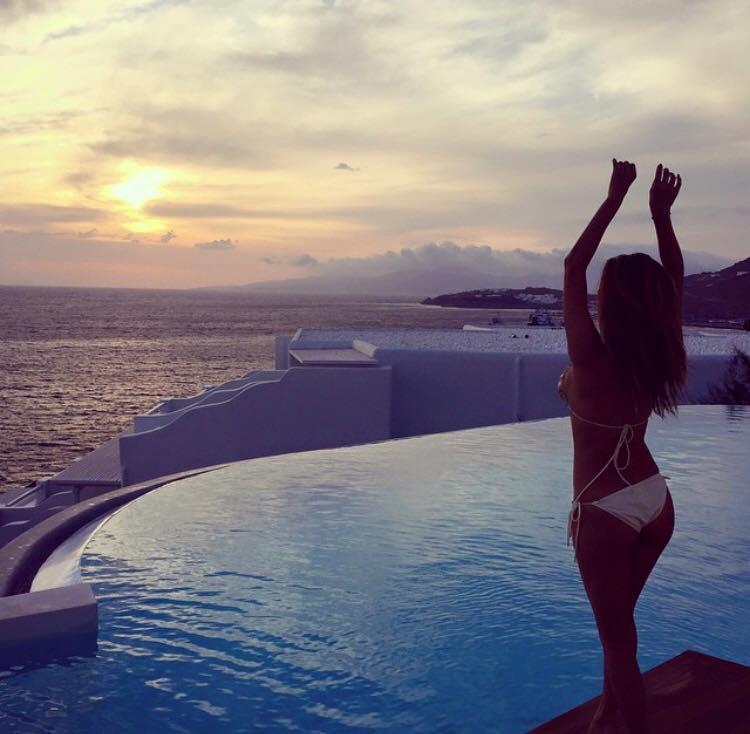 Az elvileg énekesnőként funkcionáló Nicole Scherzinger, akire inkább illik a megélhetési celebnő/Hamilton exnője jelző, most megkapta az időzítés királynője címet is, mivel az államcsőd közepén utazott Görögországba, hogy ott ünnepelje meg 37