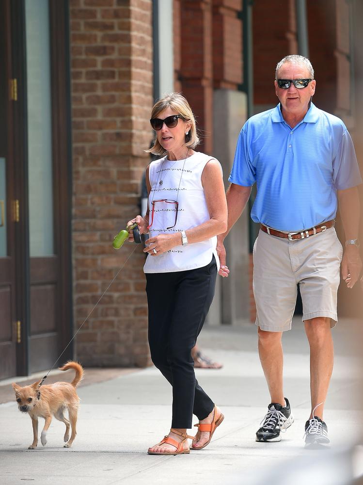 Június 25: a színésznő szülei, Gary és Karen Lawrence a kutyáját, Pippit sétáltatják.