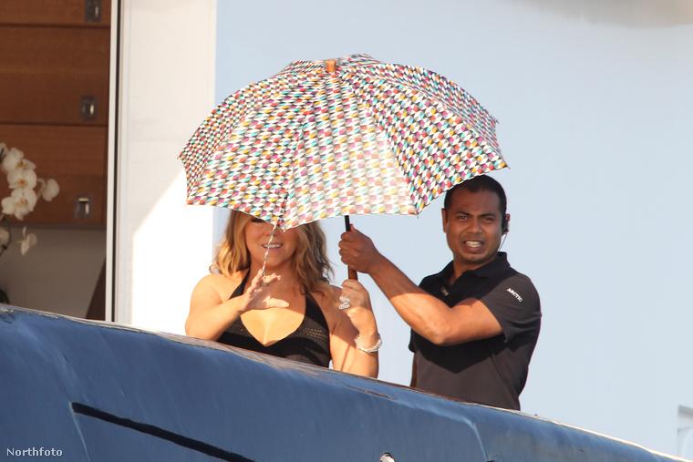 Jó, Carey is tartja valamennyire a napernyőként funkcionáló esernyőt