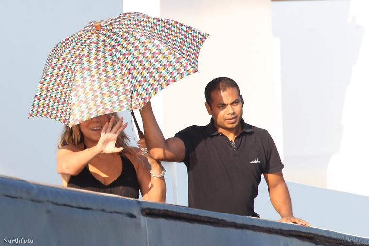 Hiszen integetni és esernyőt tartani nem olyan egyszerű