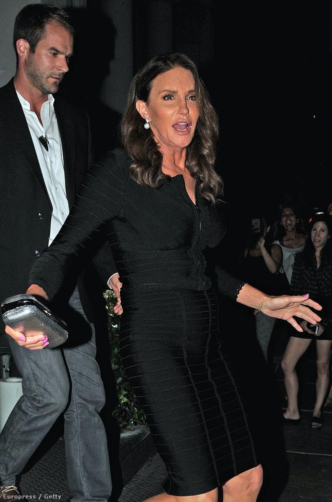 Ugyanis nem kirívó és közönséges ruhákat ad Jennerre, hanem ilyen klasszul visszafogott és ízléses darabokat