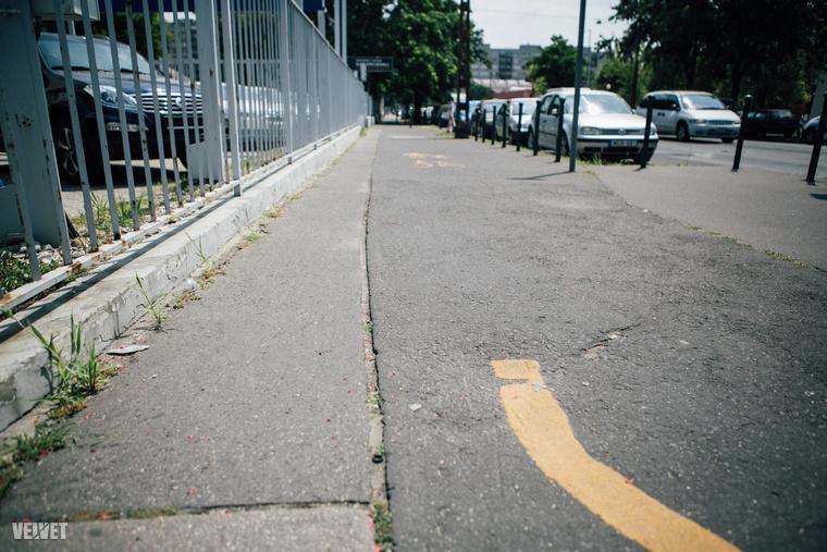 Meg a bazi nagy lyukak a járdafelületet borító betonfalatok között