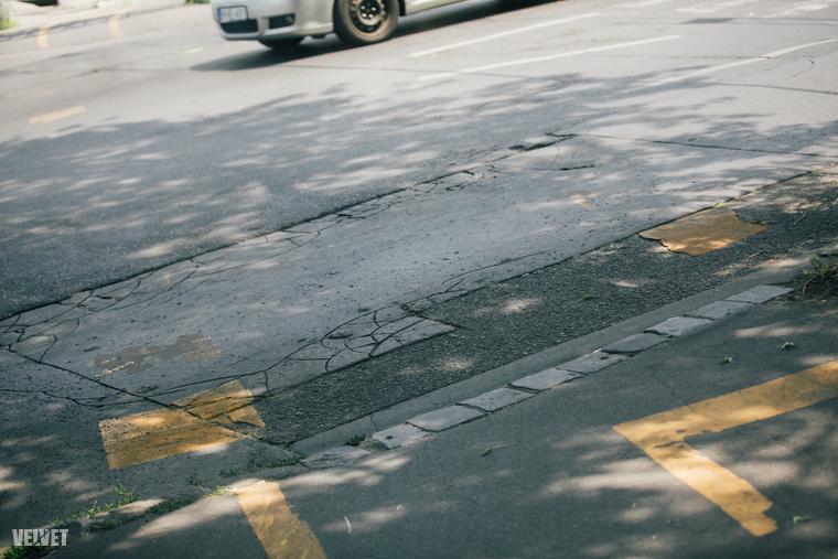 Az út eleve csupa buktató és hepehupa kocsival is, bicikliről viszont sokkal jobban megfigyelhetők a kontinuitáshiányok, tényleg elképesztő fordulatokat vet arra a beton, nézzék meg egyszer!