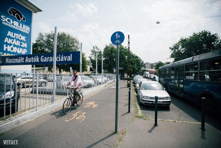 Az izgalmakat csak fokozza, hogy - az elképzelhető legrosszabb megoldással - egy felületen osztoznak a gyalogosok és biciklisek