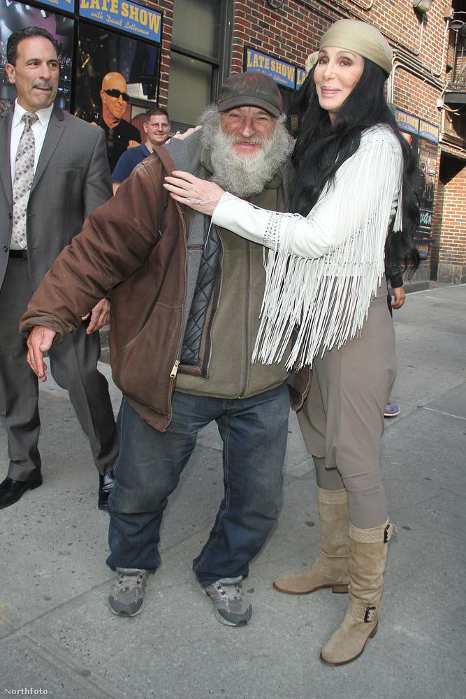 Itt egy nagyon híres egykori, New York-i hajléktalant ölelget, Radio Mant, aki már több mint száz filmben feltűnt egy-egy pillanatra