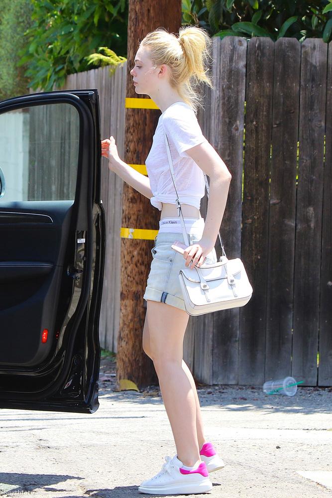 Elle Fanning színésznőt július 2-án, Beverly Hillsben fotózták le