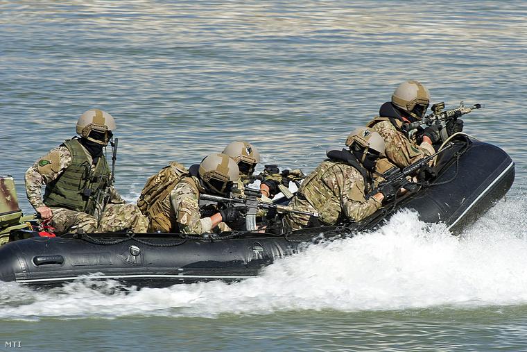 Ezek a fegyveres katonák pedig egy rohamcsónakban kemények.