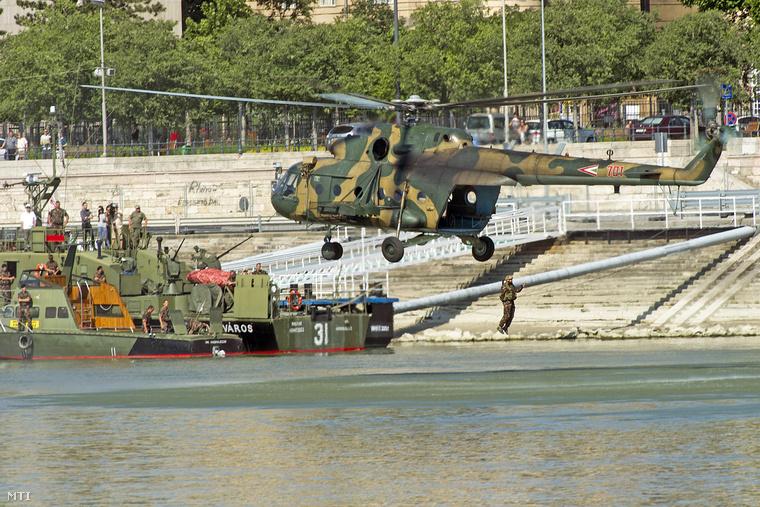 """""""Mi-17 helikopterből ugrik a Dunába egy katona a hétvégi katonai vízi- és légi bemutató újabb elemeinek begyakorlásán"""" - tájékoztat a távirati iroda."""