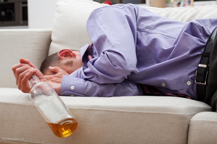 Talán alkoholba fojtja a bánatát.