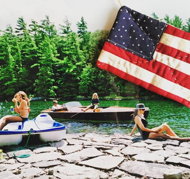 Cindy Crawford jóval visszafogottabban ünnepelt, egy régi családi fotótosztott meg az Instagramon.