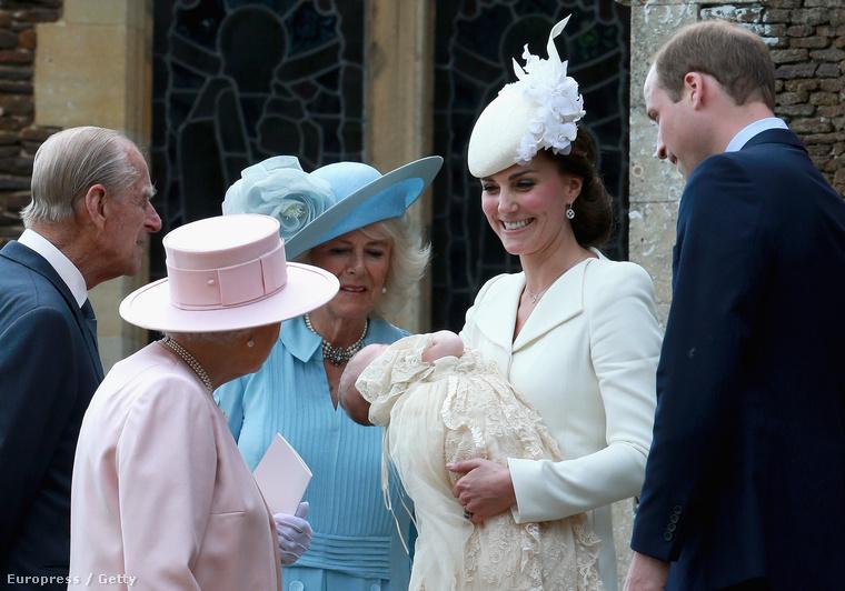 Katalin hercegné fogja éppen a hercegnőt