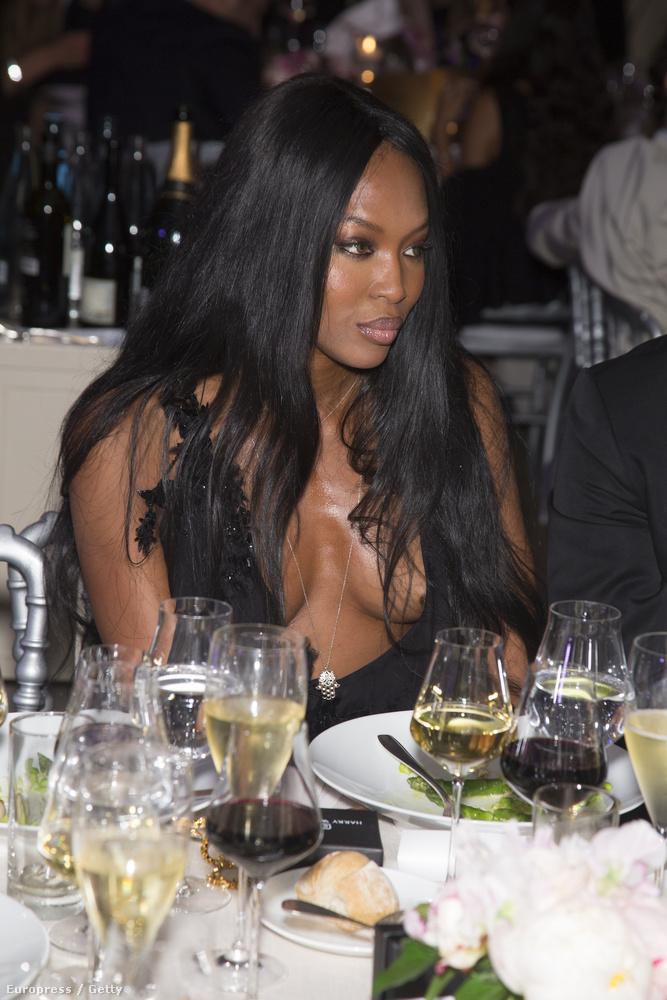 Naomi Campbell szupermodellről kaptunk néhány képet, mert Párizsban van