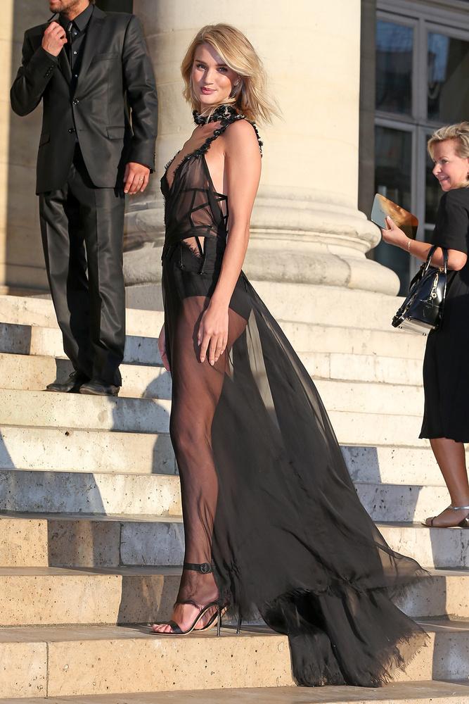 Rosie Huntington-Whiteley modell (civilben Jason Statham színész csaja) éppen Párizsban van (mint Naomi Campbell), a divathéten.