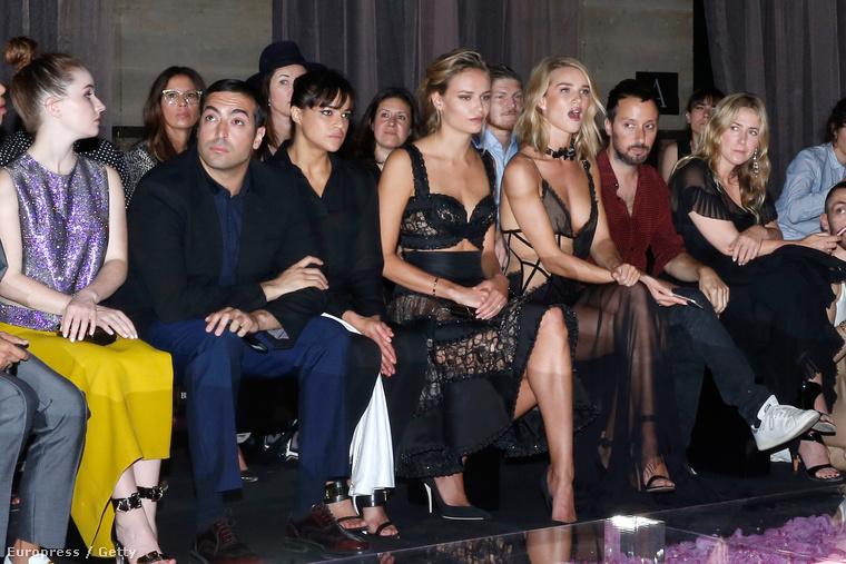 Egy divatbemutató, látják, úgy is érdekes, ha az ember megszaggatott ruhában élvezi!