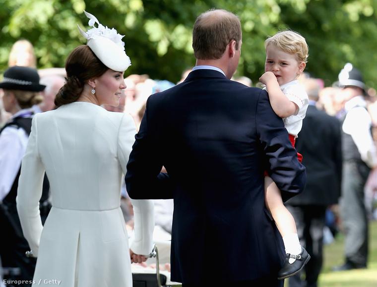 Szerencsére a brit királyi család megúszta botrányok nélkül a nagy eseményt, Saroltát megkeresztelték, egyedül csak György herceg volt kicsit szomorú, mert most kivételesen nem ő volt a középpontban