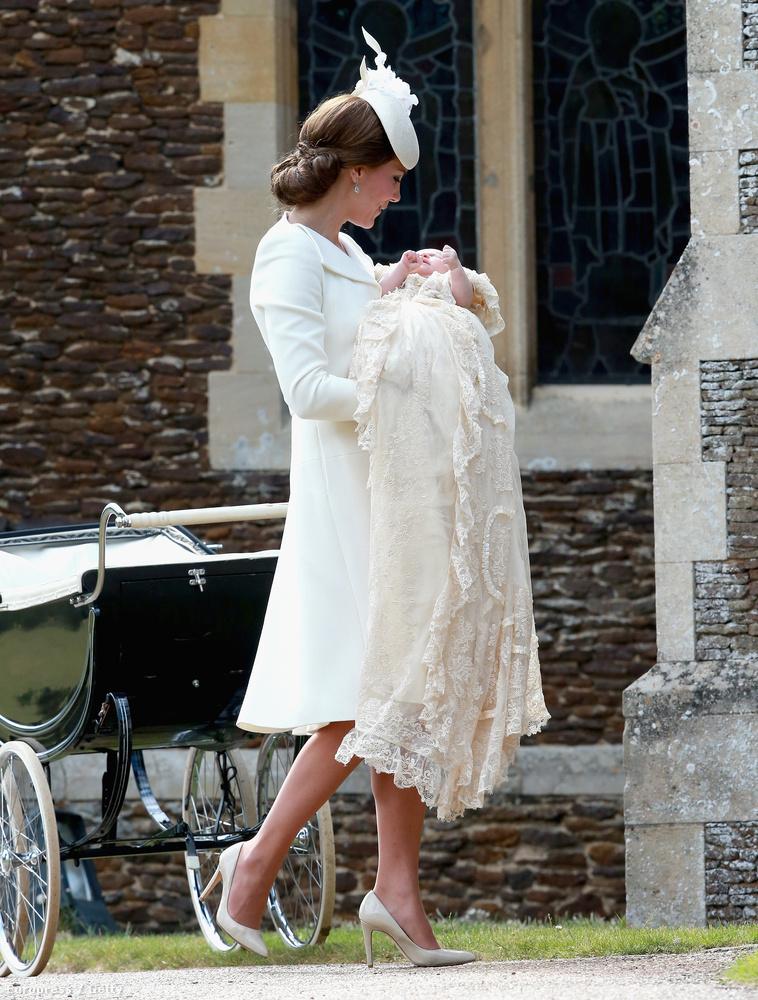 Az megvan, hogy Sarolta hercegnő ruhája hosszabb volt, mint anyja ruhája?