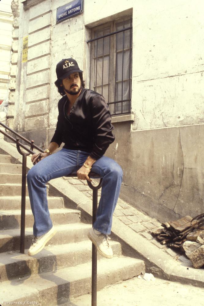 Vallja be nyugodtan, hogy ezzel a laza, korláton terpesztéssel Stallone azonnal belopta magát az ön szívébe