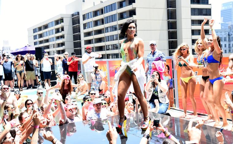 Az énekesnő Los Angelesben, egy rádió medencés buliján tartott minikoncertet.