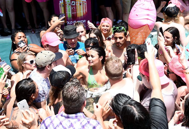 Demi Lovato végül a medencében végezte, és látszólag nem esett baja