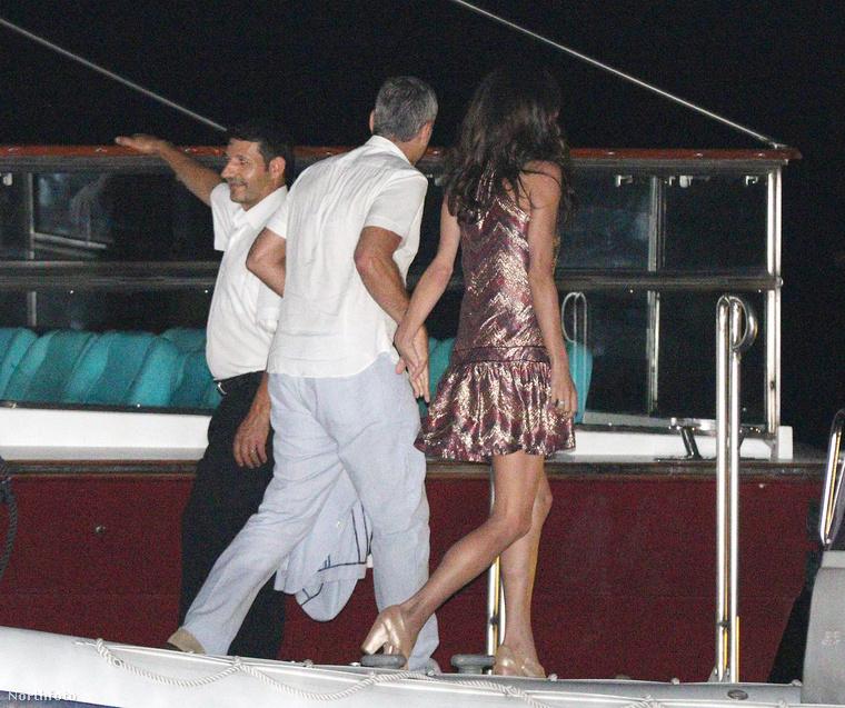 Clooney és a felesége a hajóra tartanak.