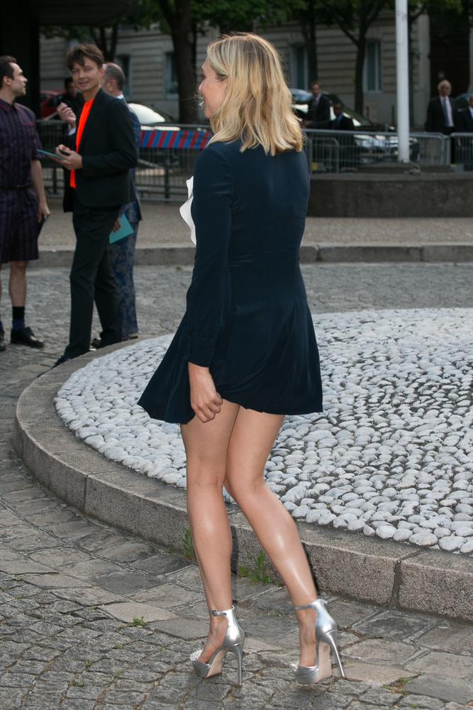 A színésznő egyébként is lenge ruhában ment el a MiuMiu márka 2016-os kollekciójának bemutatójára.