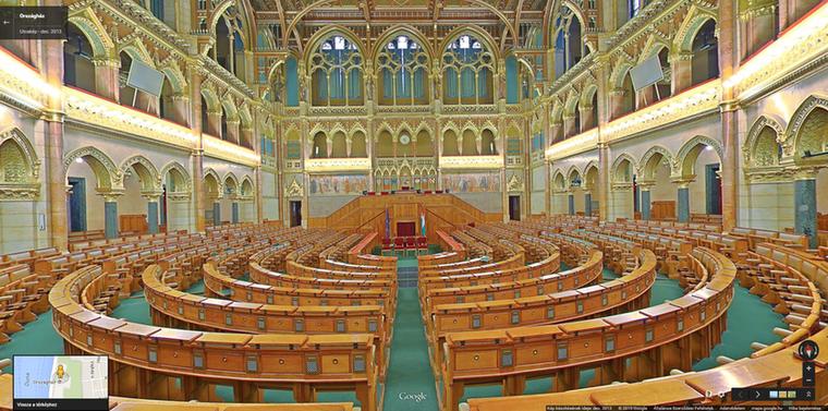 Kezdjük is hát! Emlékszik már az osztálykirándulásokra, amikor be lehetett menni a Parlamentbe, ahol megmutatták a kontrasztos kék és piros tónusú szőnyegeket és elmondták, hogy itt önről szavaznak, de önt ez cseppet sem érdekelte, mert sokkal izgalmasabb volt a többiekkel bohóckodni? Ha siratja elveszett ifjúságát, amikor még nem érdekelte a politika, nézzen be a Parlamentbe, akár most azonnal!