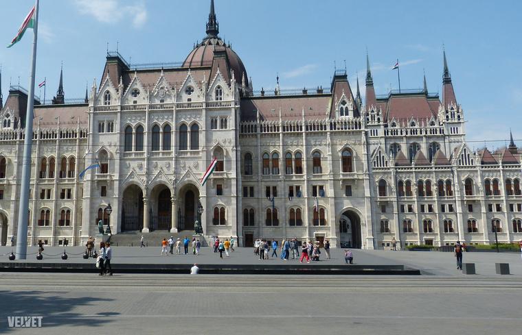 Elnézést, ha becsaptuk a címmel, de ha jól belegondolt, végül is jól megterveztük, hogy egy szava se lehessen: ma néhány olyan képet fogunk mutatni önnek Budapestről a Google Street View-n keresztül, amelyeket normális esetben csak belépő ellenében láthatna