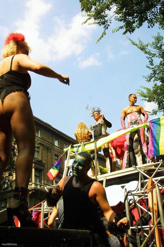 Egyébként ha hiányozna a Budapest Parádé, máskor menjen el a Pride-ra, mert ott is hasonlóan jó hangulat szokott lenni