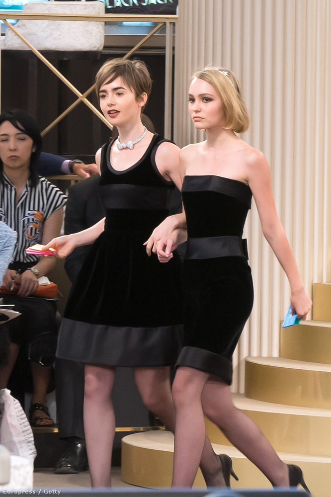 Johhny Depp lánya, Lily Rose Depp (jobbra) barátnőjével, Lily Collins színésznővel érkezett.
