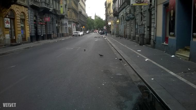 Budapest, Budapest, te csodás!                         Te vagy nékem a szívdobogás.A helyszín a Nagymező utca csütörtök reggel