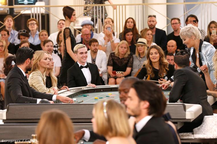 A hátsó asztal, ahol Ora játszott az elvileg kisebb hírességekkel, például Vanessa Paradis-val.