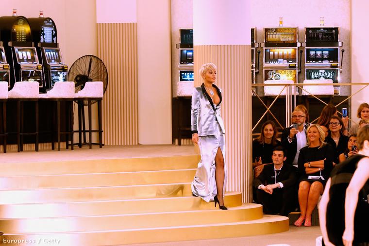 Rita Ora is ott volt a Chanel celebekkel megtömött bemutatóján Párizsban, de eddig nam kaptunk róla képeket, ráadásul egy hátsó asztalnál ült.