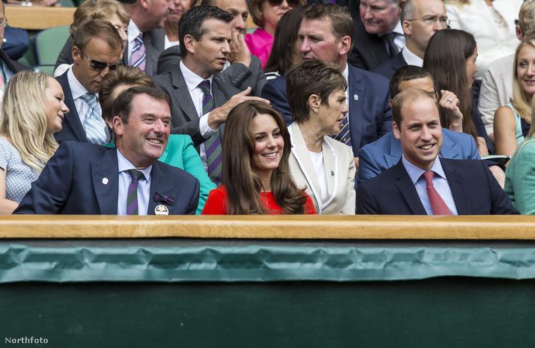 Katalin hercegné a férjével, Vilmos herceggel nézte végig, ahogy a brit Andy Murray megnyeri a csütörtöki meccsét Wimbledonban.