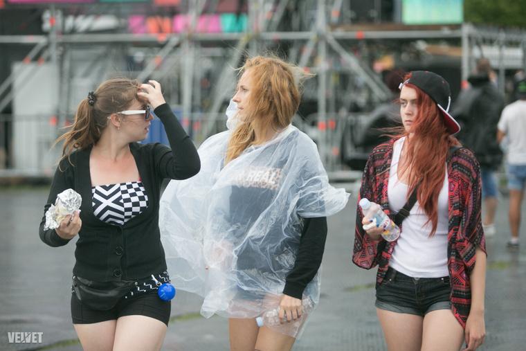 Őt még az esőkabát sem tudta tönkretenni.