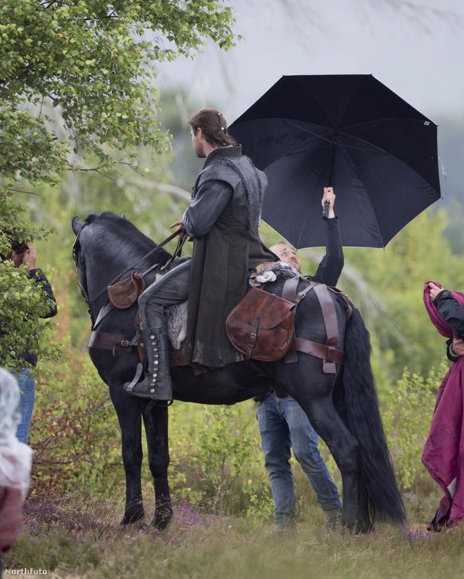 Eleredt az eső! Takarjátok le a hőst! Gyorsan!