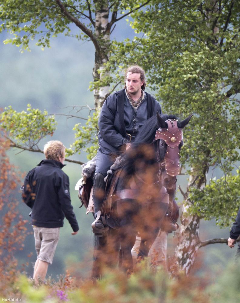Jó, most olyat veszünk, hogy mozog a ló! Szóljatok a kaszkadőrnek, meg a rövidgatyás gyereknek!