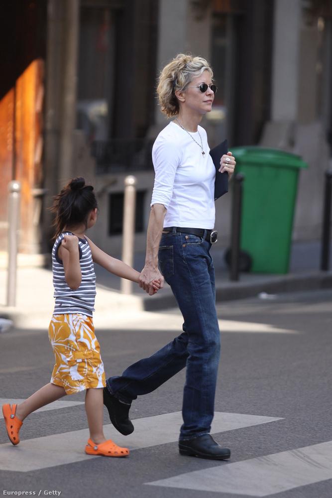 A hétköznapokban így sétálgatott az örökbefogadott lányával Párizsban.