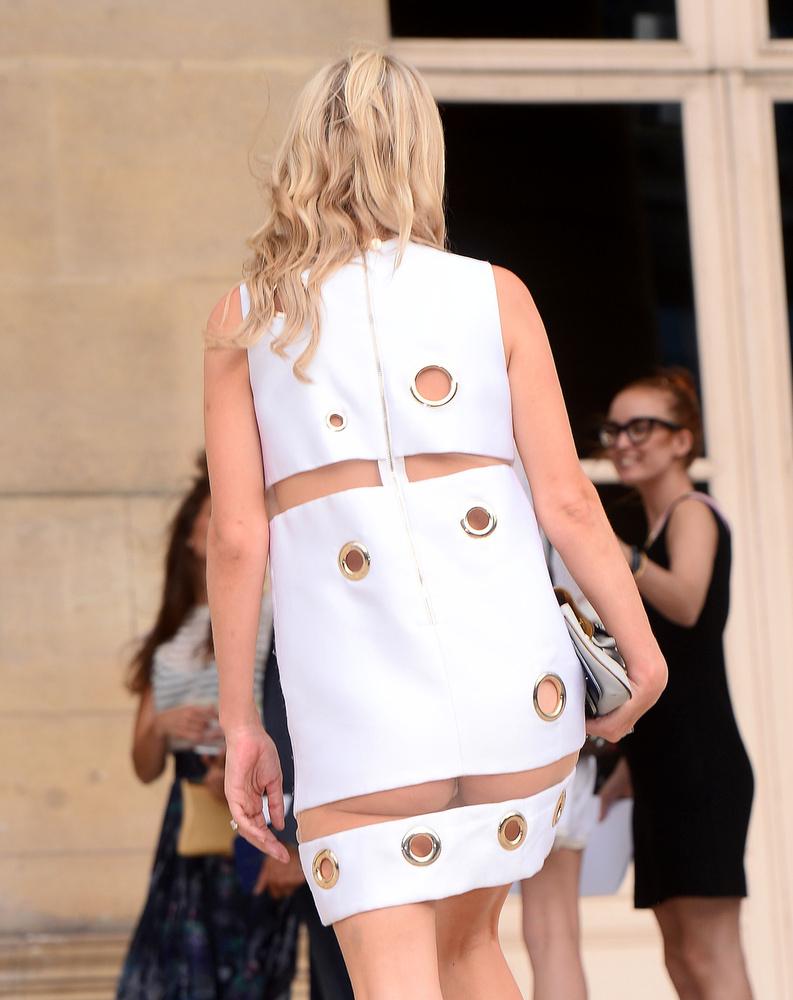 Erősen indult a hét, ugyanis az előző képen is látható Nicky Hilton nem gondolta végig, hogy ruhája egészen kellemetlen helyen látszik át
