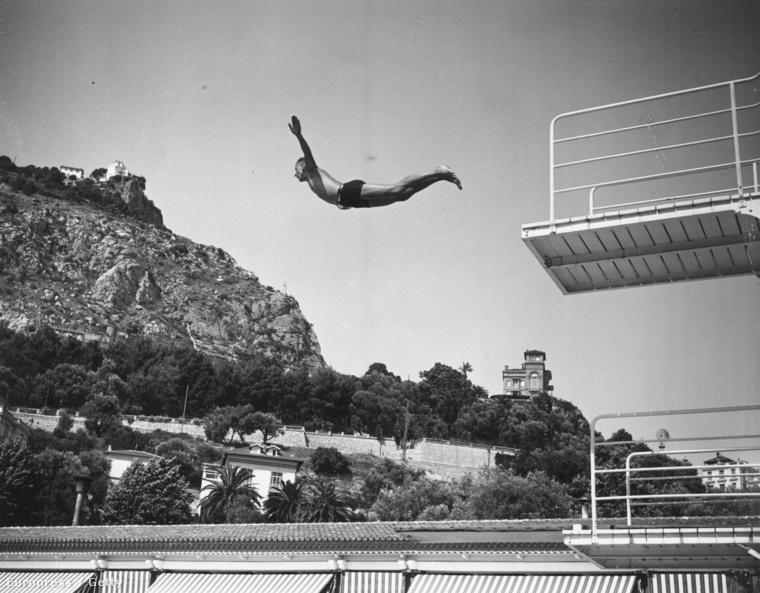 1933.                         Itt épp kipróbáltak egy új medencét