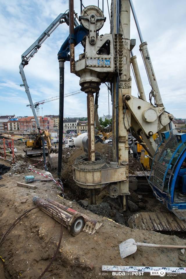 hogy munkagép segítségével 18-20 méter hosszú betoncölöpöket fúrnak a földbe,