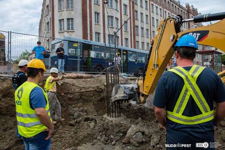 A Széll Kálmán tér felújításának munkái 2015 januárjában kezdődtek el, a teljes rekonstrukció 2016 tavaszára fejeződhet be