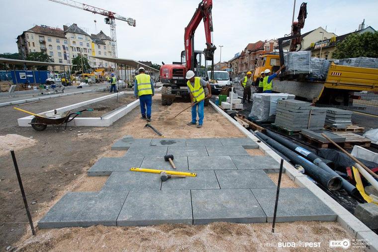 Azt írta BKK a Facebookján, hogy a Széll Kálmán tér felújítása új szakaszba lépett: a tér Margit körút felőli oldalán elkezdték a végleges járdaburkolatot lerakni.