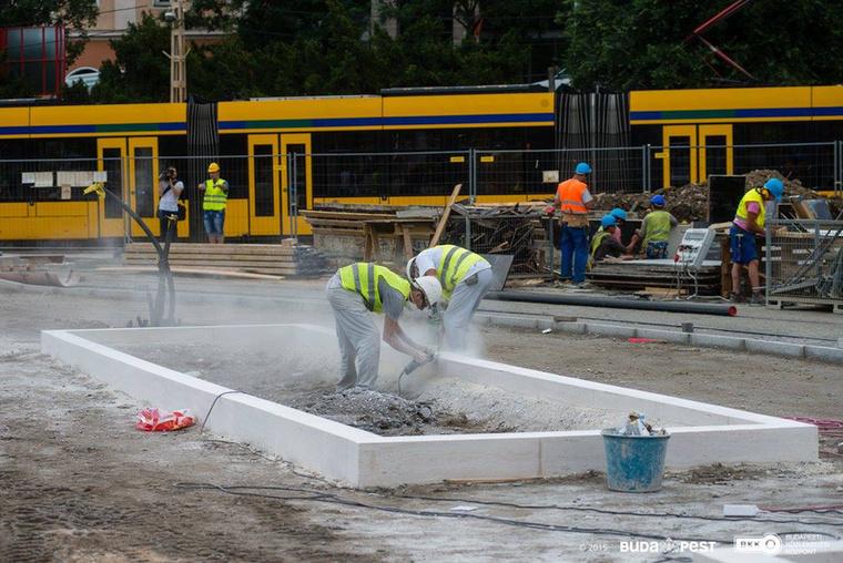 Haladnak a Várfok utcai buszmegállók felé épülő mozgólépcső alapozási munkái is