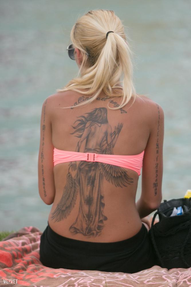 Ő itt a hátára tetováltatott egy nőt, akinek a háta látszik.