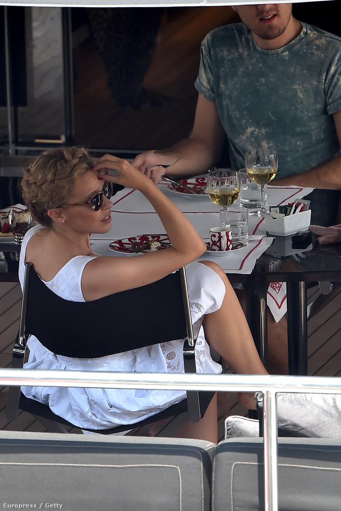 Kylie Minogue pillanatnyilag olasz felségvizeken hajóz.