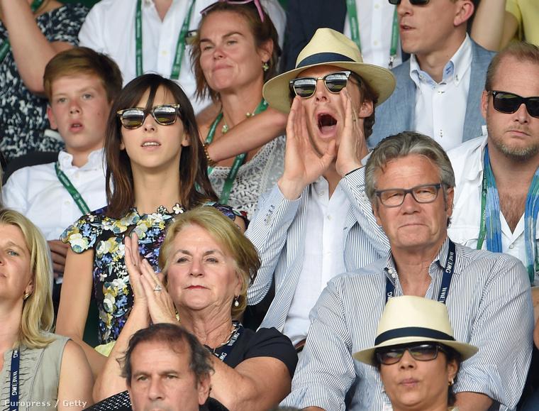 Benedict Cumberbatch és felesége, Sophie Hunter is különös arckifejezésekkel illetnek valamit