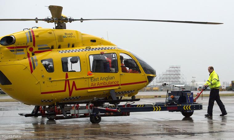 Bár ránézésre ez csak egy sima mentőhelikopter, a távolban felsejlő alak egyáltalán nem hétköznapi.